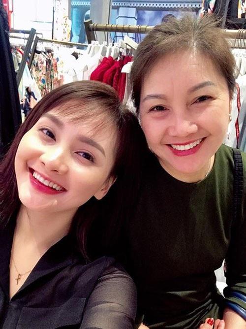 Diễn viên Bảo Thanh vui vẻ khoe ảnh chụp chung với mẹ ruột, cô trông rất giống mẹ. Mẹ của nữ diễn viên sở hữu nhan sắc trẻ trung, dịu dàng, tười cười rạng rỡ bên con gái.