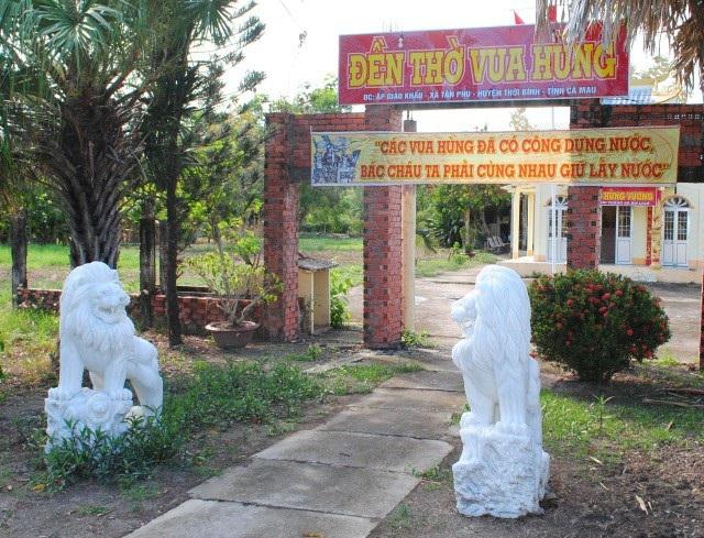 Cặp sư tử đá được đặt trước cổng vào Đền thờ Hùng Vương ở huyện Thới Bình, tỉnh Cà Mau. (Ảnh: CTV)
