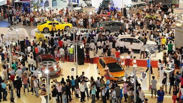 Ôtô nhập khẩu giá thấp như một món quà hấp dẫn treo lơ lửng. Người tiêu dùng mong chiếm lĩnh, các hãng xe cố gắng kéo lại gần để bán được xe.