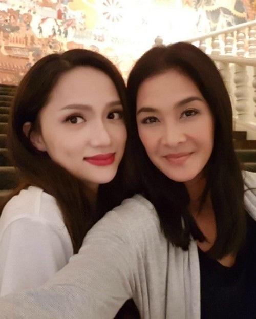 Tân hoa hậu chuyển giới Hương Giang khoe ảnh chụp chung với chị đại Lukkade của chương trình The Face Thái Lan. Cô chia sẻ: Dù cả 2 đều bận nhưng chúng tôi vẫn dành thời gian cho nhau, thật là một đêm tuyệt vời.