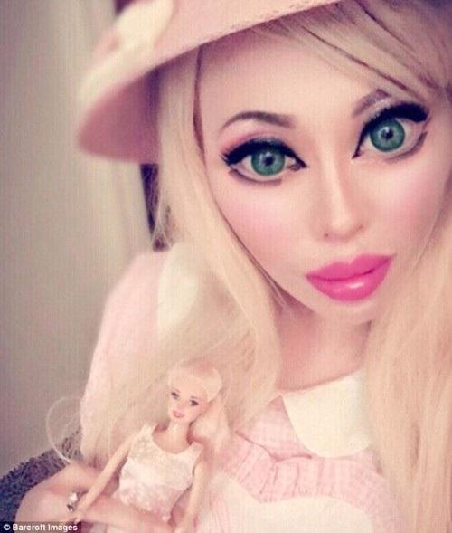"""Ophelia Vanity động """"dao kéo"""" để trông giống búp bê Barbie và người châu Âu hơn"""
