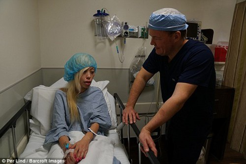 """""""Búp bê sống"""" trải qua nhiều cuộc phẫu thuật để không còn bị chế giễu vì ngoại hình đậm chất châu Á"""