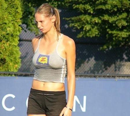 """Còn chưa kịp để lại dấu ấn trong làng quần vợt thì Vojislava Lukic đã gây """"bão"""" khi xuất hiện trên tạp chí đàn ông FHM và khiến cho dân tình phải chao đảo vì quá xinh đẹp, quyến rũ. Sau khi từ giã sân bóng, Lukic đã quyết định dấn thân vào làng giải trí và trở thành """"chủ xị"""" cho một chương trình truyền hình về tennis. Ngoài ra, mỹ nhân này còn tự mở một trường học tennis để tiếp tục truyền cảm hứng cho các đàn em."""