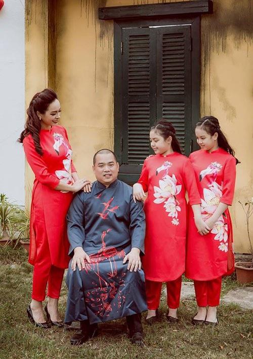 Gia đình Thuý Hạnh - Minh Khang chụp hình kiểu hoài cổ cùng dòng chia sẻ: Gia đình nhỏ với ông chủ trẻ, cô vợ hơi lớn và hai nàng tiểu thư.