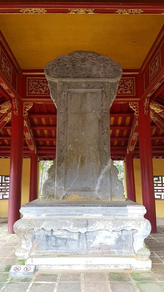 Bên trái lăng là Bi Đình - nơi đặt tấm bia Thánh Đức thần công của vua Minh Mạng ca ngợi vua cha được chạm khắc vẫn còn nổi nét chữ sau gần 200 năm