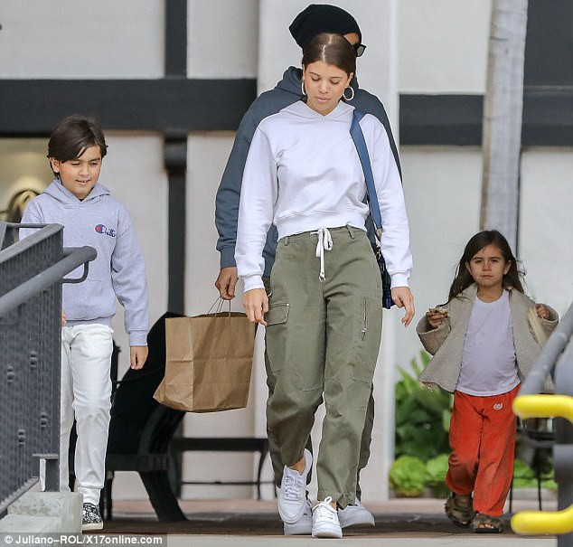 Người mẫu 19 tuổi Sofia Richie bị bắt gặp đi ăn trưa cùng sao truyền hình thực tế Scott Disick, 34 tuổi và 2 con riêng của anh hôm 18/3 vừa qua