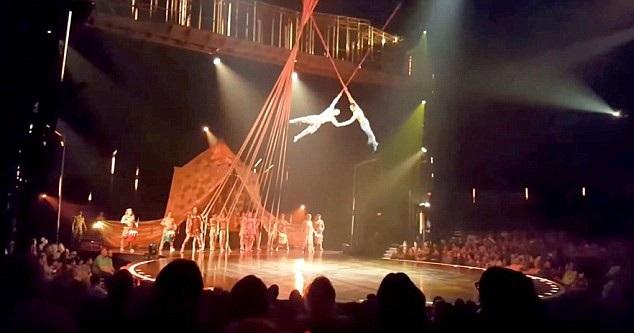 Nghệ sĩ Yann Arnaud (38 tuổi), thành viên lâu năm của đoàn xiếc danh tiếng Cirque du Soleil, đã vừa qua đời vì một cú ngã kinh hoàng trong lúc biểu diễn.