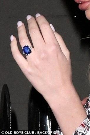 Trên ngón tay áp út của Samantha lấp lánh chiếc nhẫn saphia được cho là giá lên tới 1,5 triệu bảng Anh