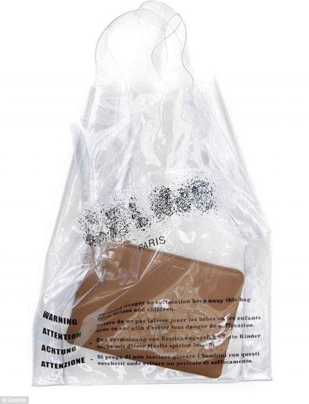 Chiếc túi xách có giá 600 USD này lấy cảm hứng từ… túi nilon. Thiết kế của chiếc túi nhựa trong không có gì hơn ngoài logo và một câu cảnh báo được viết bằng bốn thứ tiếng.