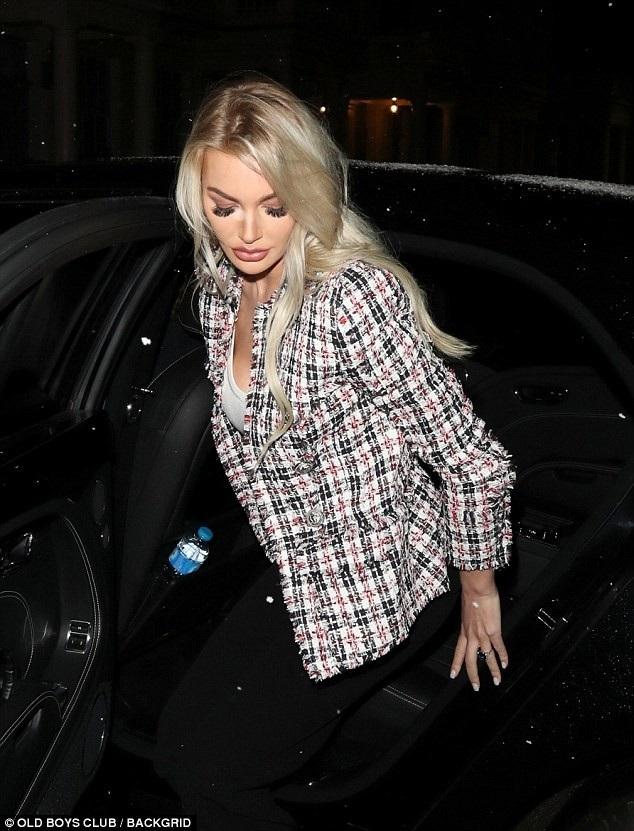 Cô có ngoại hình rất giống kiều nữ siêu giàu Petra Ecclestone, người đã sinh cho James 3 đứa con