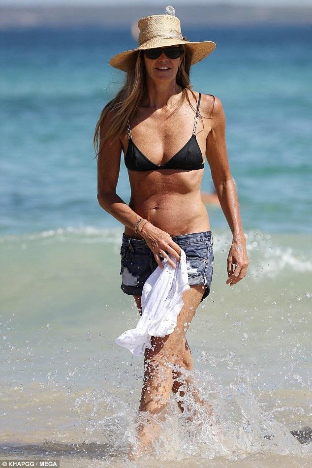 Elle Macpherson sải bước đầy lôi cuốn trên bãi biển ở Úc ngày 18/3 vừa qua