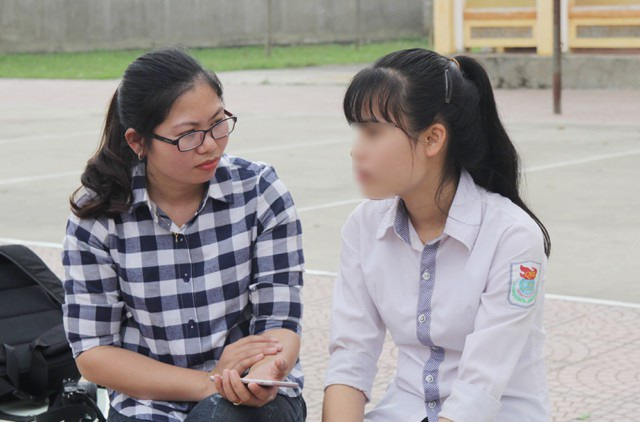 Em Hà Thị Hồng T. (Trường THPT Quỳ Hợp 3, bên phải) kể lại 2 lần chiến đấu với nạn trộm vợ