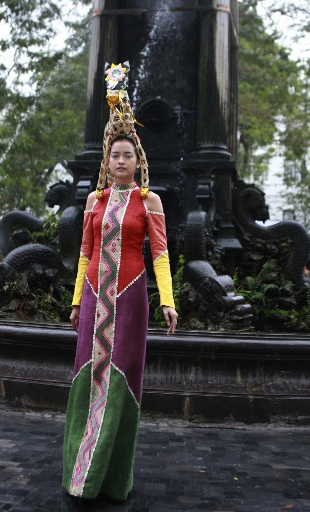 NTK Chu La trung thành với phong cách đã được định hình của mình bằng những gam màu mạnh mẽ đối lập.