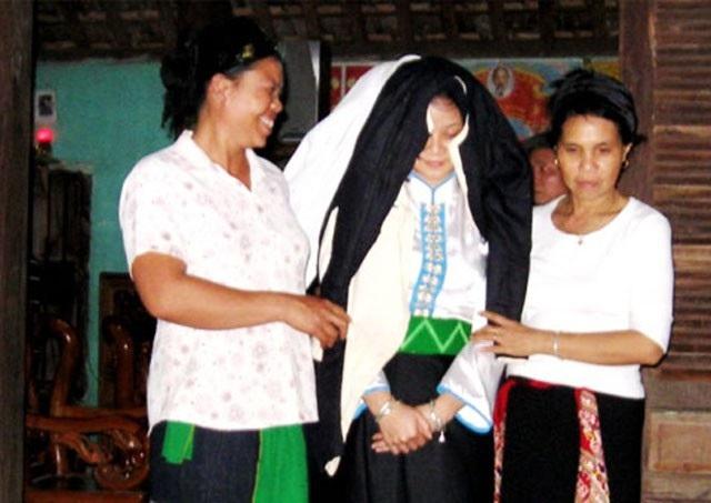 Hôn nhân theo tục trộm vợ của đồng bào Thái ở Quỳ Hợp (Nghệ An) tôn trọng quyền quyết định của cô gái. Bởi vậy, các cô gái cần phải tự đưa ra quyết định tới cuộc sống và hôn nhân của mình (trong ảnh là một cô dâu người Thái trước giờ đưa dâu - Ảnh Thái Tâm)