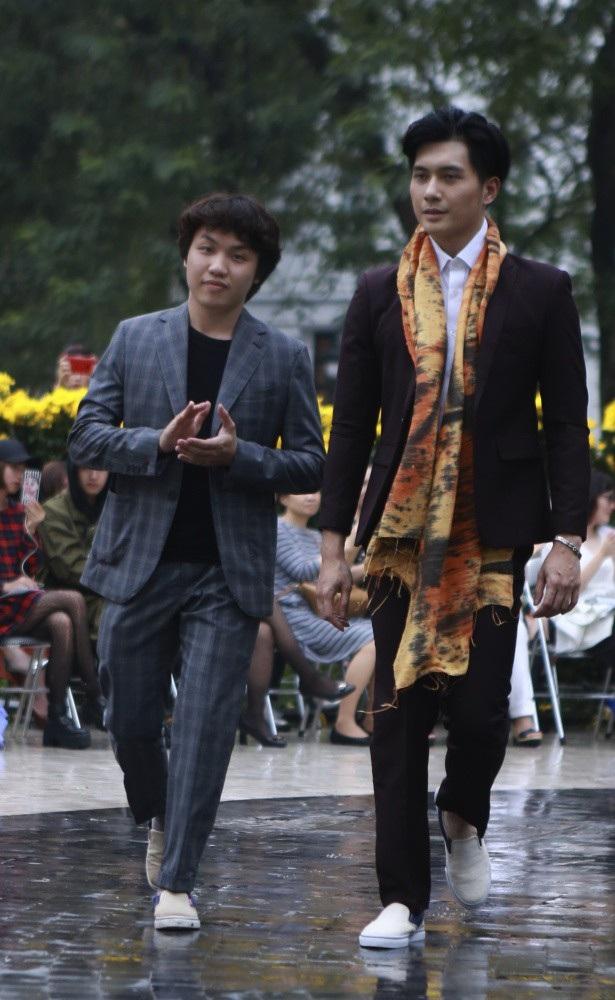NTK Duy Nguyễn (trái) luôn tạo nên một dòng chảy khác cho veston nam.
