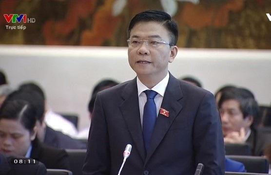 Sau mỗi câu hỏi của các đại biểu, Bộ trưởng Lê Thành Long trả lời ngay trong giới hạn tối đa 3 phút.