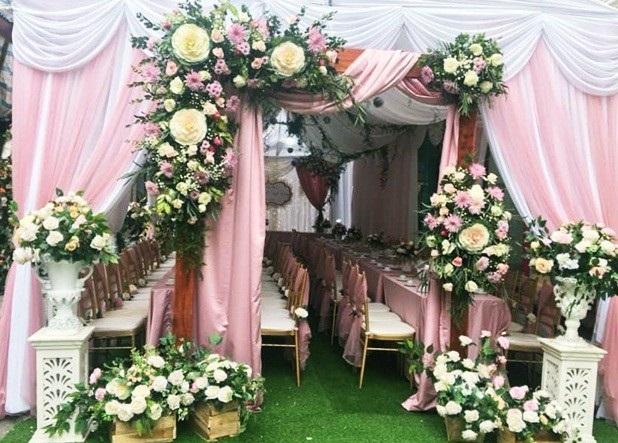 Một phần không gian tiệc cưới được trang trí bằng hoa trong một đám cưới anh Dũng từng tổ chức (Ảnh nhân vật cung cấp).