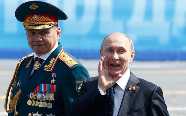 Ông Putin đi cạnh Bộ trưởng Quốc phòng Sergei Shoigu (Ảnh: Reuters)
