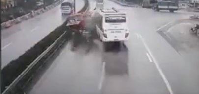 Hình ảnh xe khách tông trực diện xe cứu hỏa (ảnh cắt từ clip)