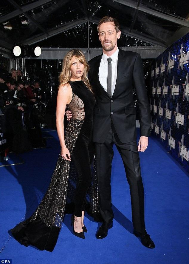 Siêu mẫu Anh Abbey Clancy cùng chồng - cựu cầu thủ bóng đá Peter Crouch dự lễ trao giải Global Awards diễn ra tại London ngày 1/3 vừa qua