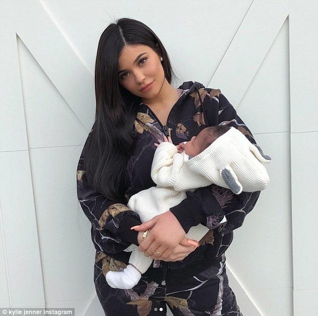 Kylie Jenner hé lộ hình ảnh con gái cưng Stormi khi cô bé tròn 1 tháng tuổi