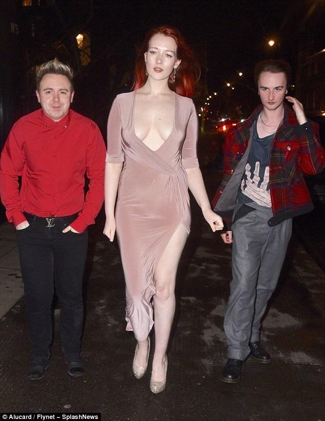 Người mẫu 23 tuổi sải bước tự tin trên phố bất chấp giá lạnh