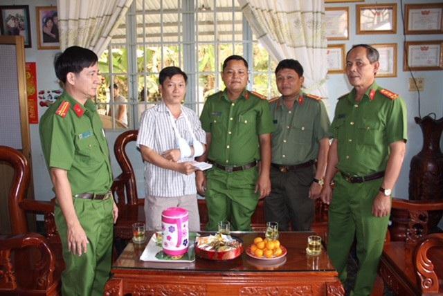Đại tá Lý Hồng Sinh, đại tá Lý Hồng Sinh - Phó Giám đốc Công an tỉnh Tây Ninh và lãnh đạo Phòng Cảnh sát Hình sự đến nhà thăm thiếu tá Võ Tấn Dũng