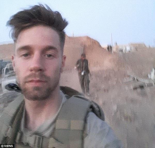 Duttenhofer trong một bức ảnh anh chụp tại Syria