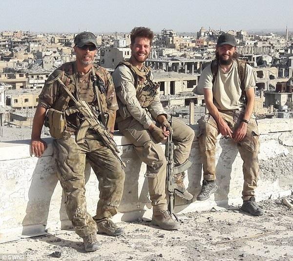 Duttenhofer (giữa) và người bạn thân Jac Holmes (phải) là 2 trong số nhiều người nước ngoài tìm đến Syria để chiến đấu chống ISIS