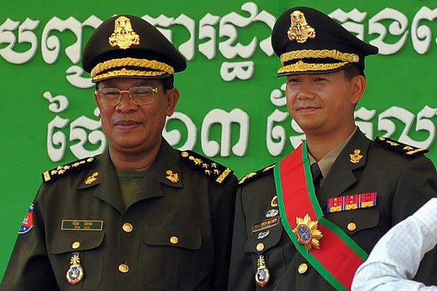 Thủ tướng Campuchia Hun Sen (trái) và con trai cả Hun Manet (Ảnh: AFP)