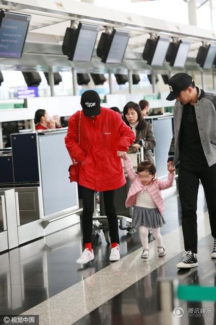 Tháng 4/2017, Dương Mịch và Khải Uy xuất hiện cùng con gái tại sân bay khi bố con Khải Uy tới chia tay mẹ Dương Mịch đi công tác. Kể từ khi dính tin đồn ngoại tình, Khải Uy tạm dừng công việc, trở về Hồng Kong sống và chịu trách nhiệm chăm sóc cô con gái nhỏ thay vợ.