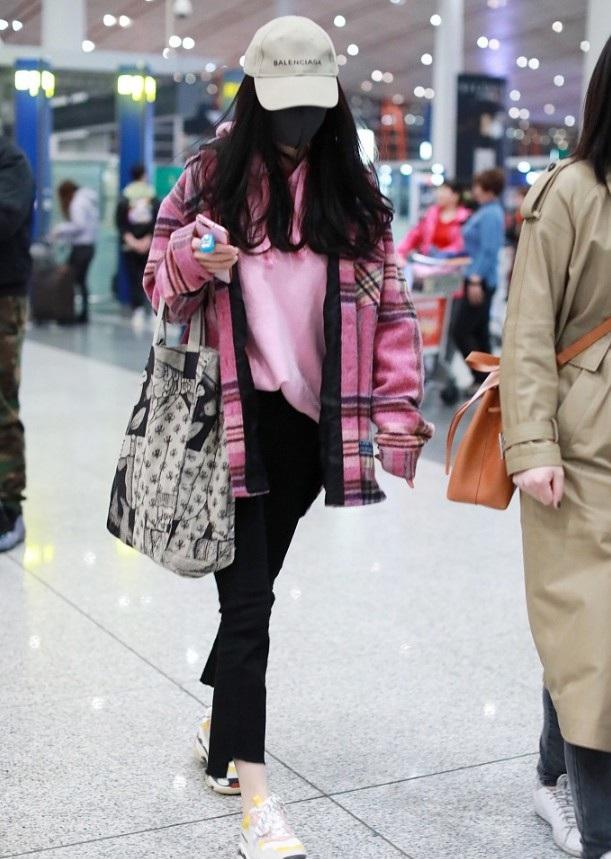 Dương Mịch ngày càng nổi tiếng và giàu có. Tuy nhiên, việc này đồng nghĩa với việc cô không có thời gian dành cho gia đình nhỏ của mình. Trong năm qua, cô ít có thời gian về Hồng Kong thăm chồng và con gái nhỏ.