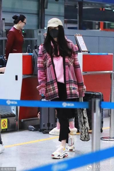 Dương Mịch bị bắt gặp gà gật tại sân bay - 3