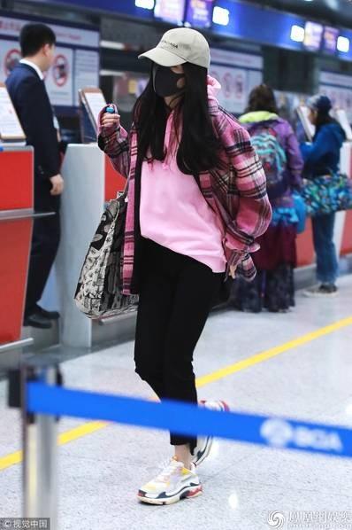 Dương Mịch xuất hiện tại sân bay ở Bắc Kinh, Trung Quốc, sáng ngày 2/3 một mình. Ngôi sao nổi tiếng diện đồ thể thao trẻ trung, đeo khẩu trang kín mặt và đội mũ nhưng vẫn bị nhận ra.
