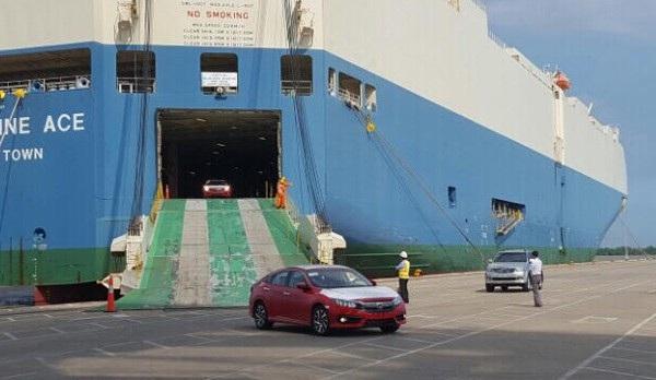 Lô xe Honda miễn thuế nhập khẩu đầu tiên cập cảng Hiệp Phước chiều 1/3 - Ảnh: Hoàng Cường
