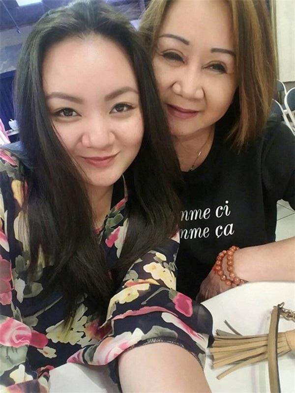 Xuân Mai tái xuất làng nghệ thuật trong phim Cali mùa hoa vàng (ảnh chụp cùng mẹ).