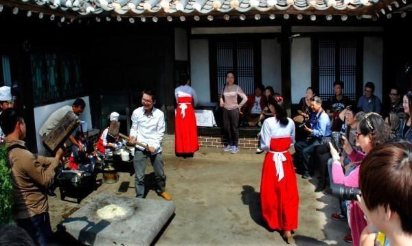 Nhiều hoạt động vui chơi của khách nước ngoài và người dân bản xứ