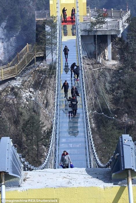 Khách du lịch run rẩy và thận trọng khi bước qua cầu