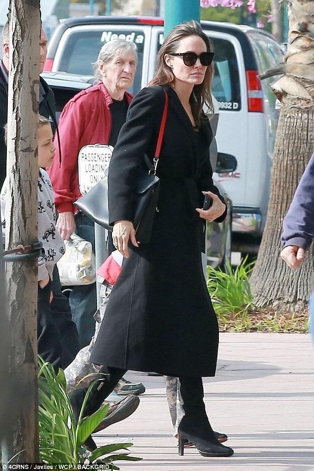 Hình ảnh của Angelina Jolie ngoài đời thường. Hôm 18/3 vừa qua, cô bị bắt gặp đưa con đi xem phim tại Hollywood