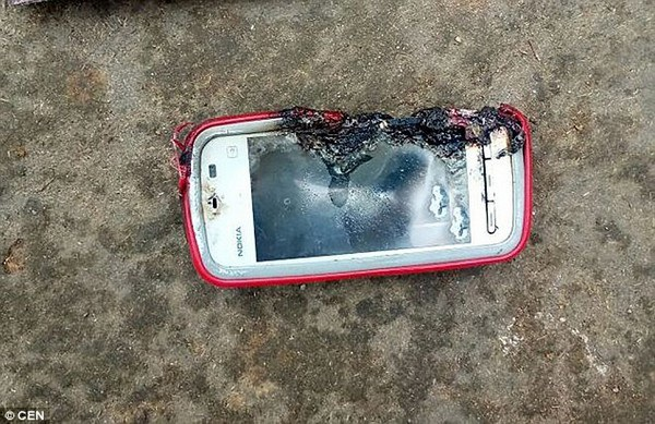 Thiếu nữ tử vong vì smartphone bất ngờ phát nổ khi đang cắm sạc - 2