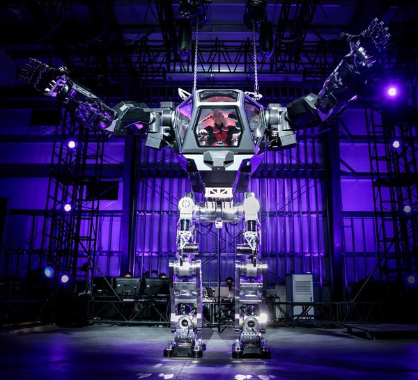 Jeff Bezos điều khiển robot với chiều cao lên đến 4m do Hàn Quốc sản xuất