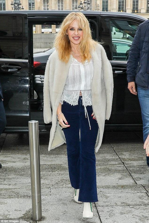 Kylie Minogue rạng ngời và trẻ trung trên đường phố Paris, Pháp, ngày 19/3.