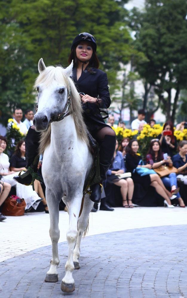 NTK Minh Hạnh đưa ngựa trắng lên sàn diễn Tuần lễ thời trang Việt Nam - Italia - 3