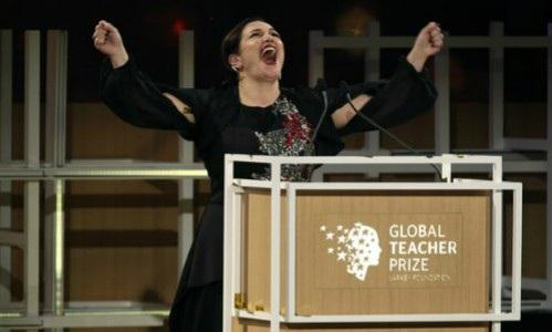 Cô Andria Zafirakou hạnh phúc trong lễ trao giải.