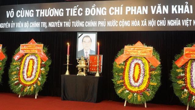 Thủ tướng Nguyễn Xuân Phúc chỉnh quốc kỳ phủ trên linh cữu ông Phan Văn Khải - 5