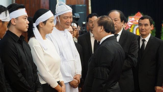 Thủ tướng Nguyễn Xuân Phúc chỉnh quốc kỳ phủ trên linh cữu ông Phan Văn Khải - 2