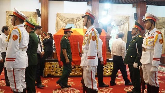 Thủ tướng Nguyễn Xuân Phúc chỉnh quốc kỳ phủ trên linh cữu ông Phan Văn Khải - 9