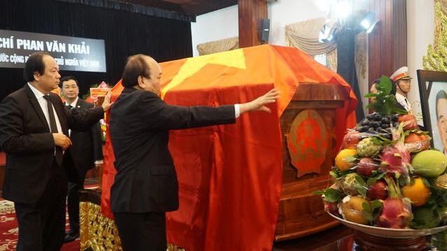 Thủ tướng Nguyễn Xuân Phúc chỉnh quốc kỳ phủ trên linh cữu ông Phan Văn Khải - 3