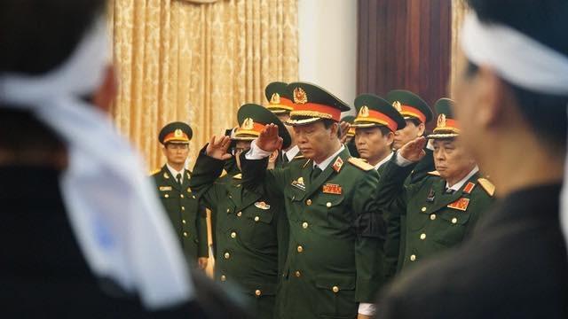 Thủ tướng Nguyễn Xuân Phúc chỉnh quốc kỳ phủ trên linh cữu ông Phan Văn Khải - 8