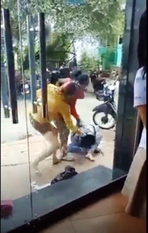 HÌnh ảnh hai người phụ nữ đánh dã man một cô gái (ảnh cắt từ clip)